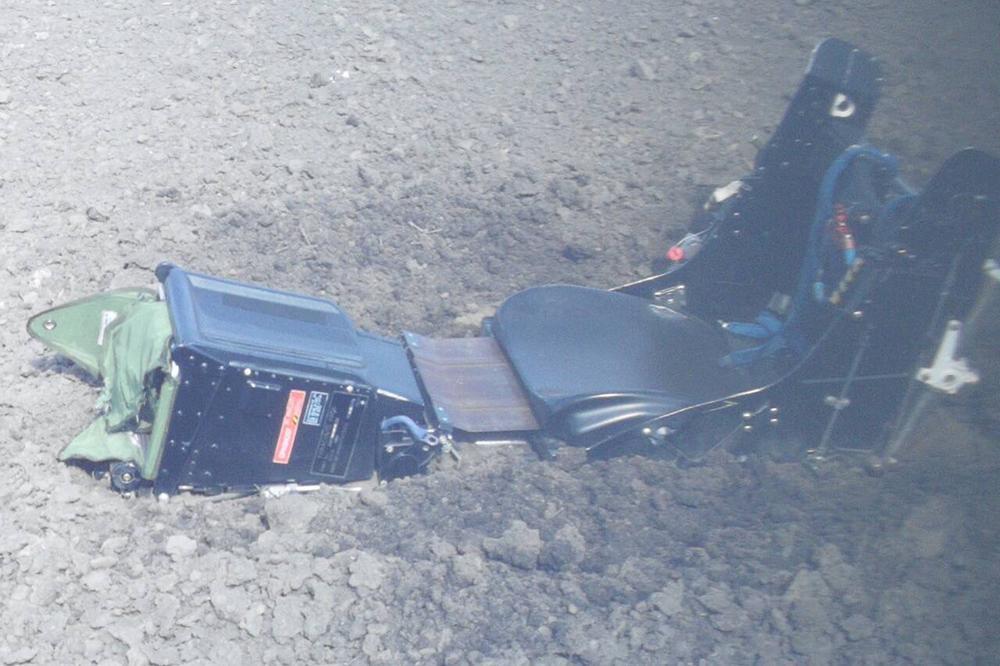 PRVE FOTOGRAFIJE SA MESTA PADA AVIONA: Piloti se katapultirali, jedan poginuo! POTRESAN PRIZOR, NA NJIVI KACIGA I SEDIÅTE!
