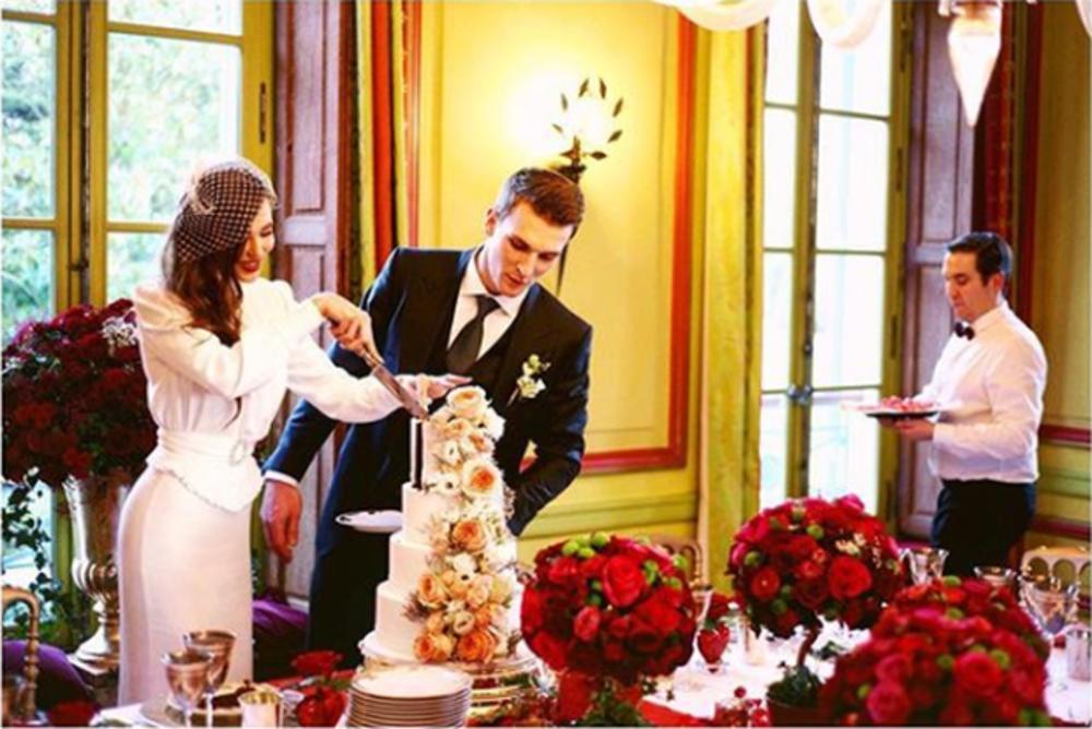 ANJA STOJKOVIĆ SA SUPRUGOM I ĆERKOM STIGLA U SRBIJU PRIVATNIM AVIONOM: Crkveno venčanje Piksijeve naslednice u Beogradu ZAKAZANO ZA VIKEND (FOTO)