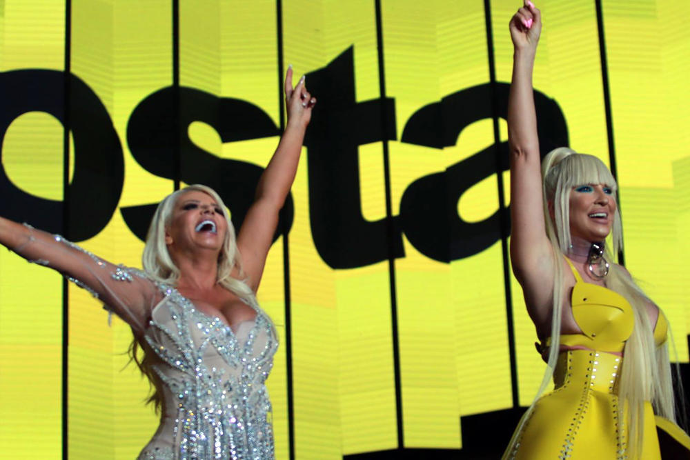 (KURIR TV) JELENA KARLEUŠA ZAPEVALA NA DARINOM KONCERTU: Pevačica u seksi limun žutoj odevnoj kombinaciji ZAPALILA SCENU