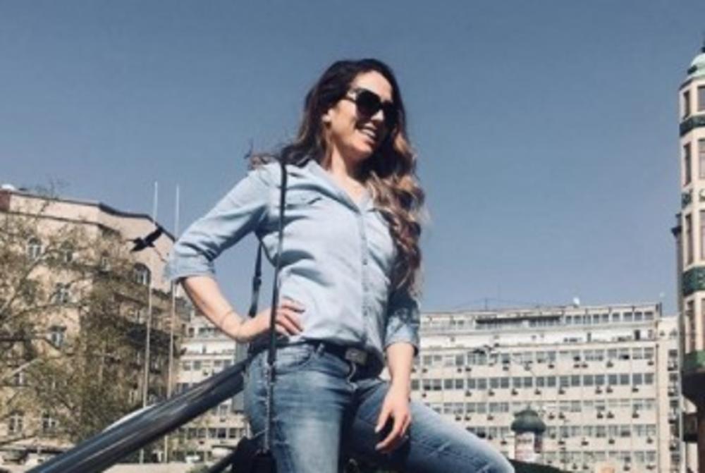 (FOTO) ŠTA ĆE MU REĆI DEVOJKA KADA VIDI? Naša pevačica prošetala centrom Beograda, a evo šta je uradio mladić iza nje! Ovo je hit!