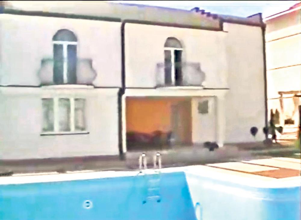 Bilo je i noćnog kupanja... Bazen u dvorištu gde su se brčkali i državni funkcioneri