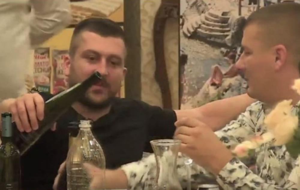 TRAŽI SPAS U ALKOHOLU, MLADOŽENJA NA IVICI SUZA: Svi pokušavaju da ga oraspolože, Mladenu nije do ŽIVOTA! (FOTO)