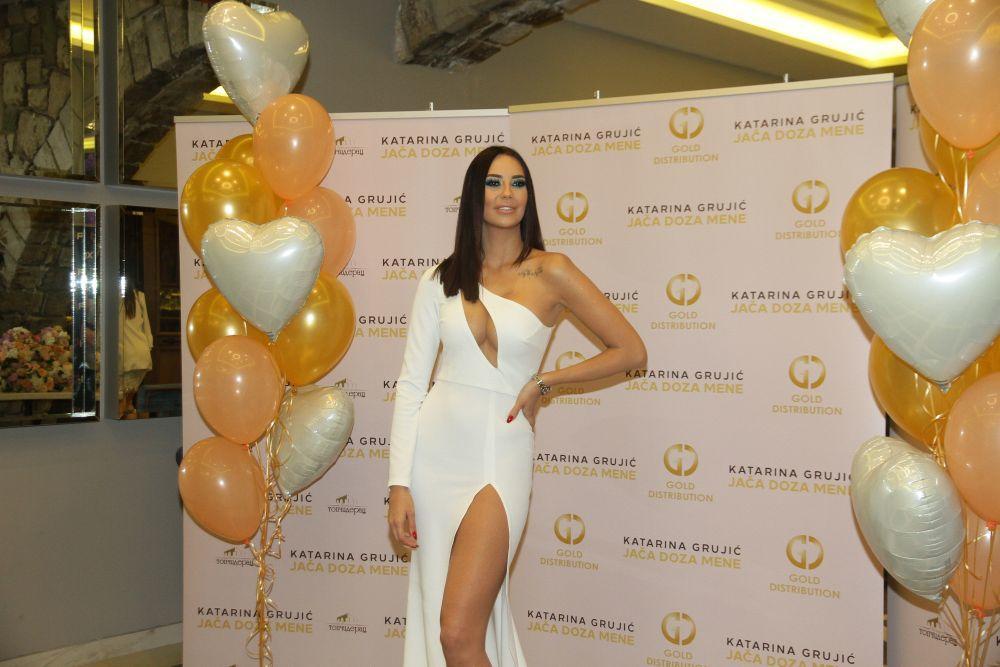 KATARINA GRUJIĆ IMALA POVODA ZA DUPLO SLAVLJE! CELA ESTRADA došla na promociju novog albuma i pevačicin 26. rođendan! (FOTO)