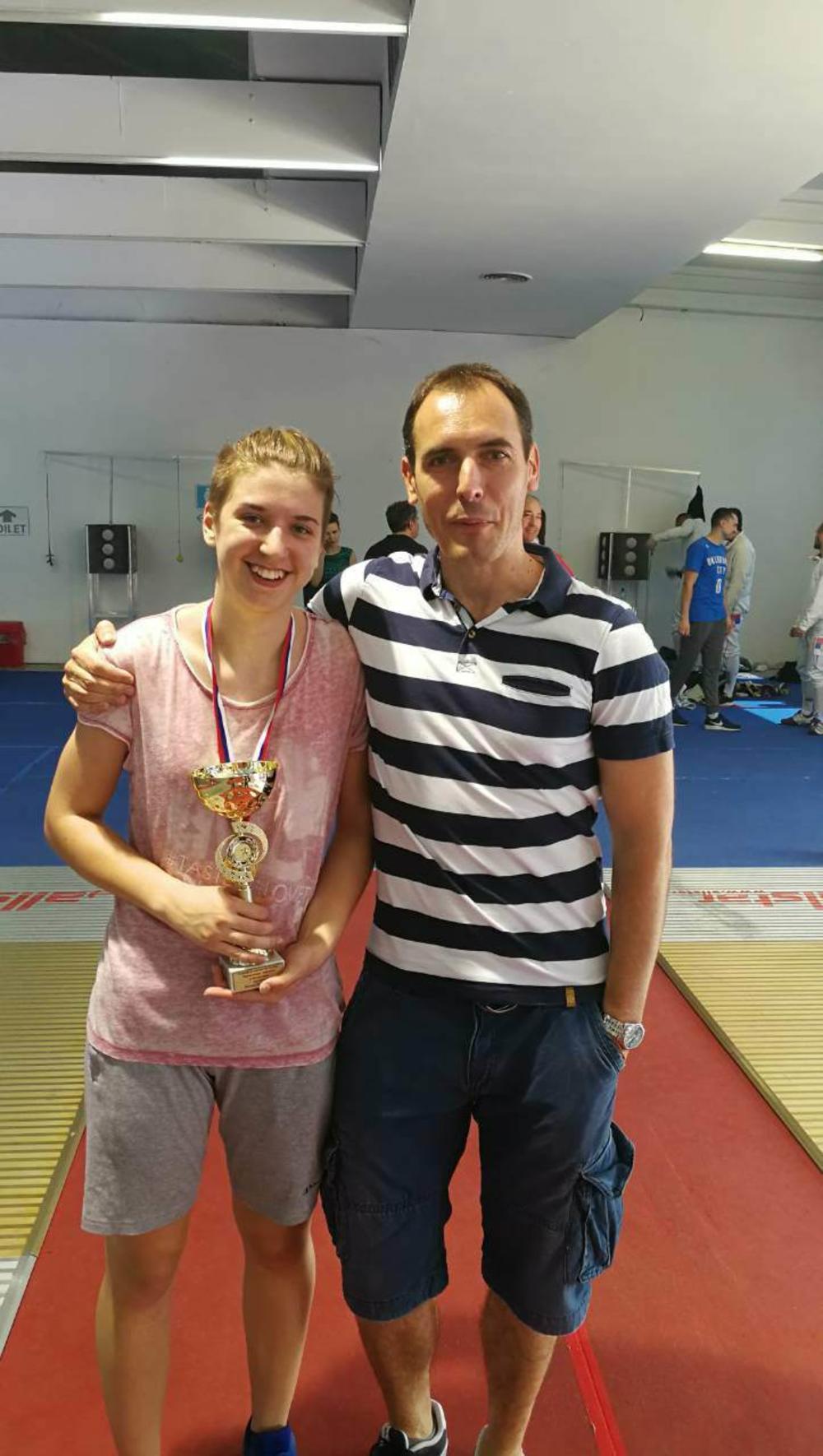 22:57h MILICA KECMAN NAPRAVILA SENZACIJU: Devojčica od 16 godina postala prvak Srbije u disciplini mač