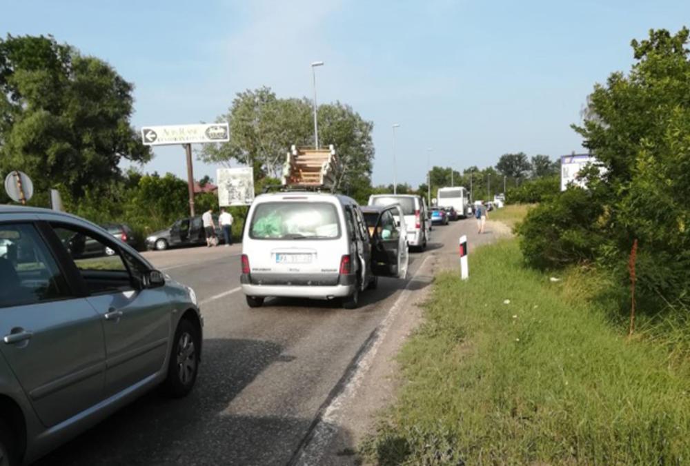 Most na Tamišu ka Pančevu je takođe bio blokiran do 18 časova.