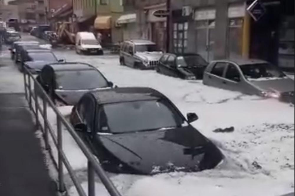 UŽICE OVO NE PAMTI, ŠOKANTAN SNIMAK: Voda do pojasa, na ulicama potop, automobili poplavljeni, bujica nosi sve pred sobom! (VIDEO)