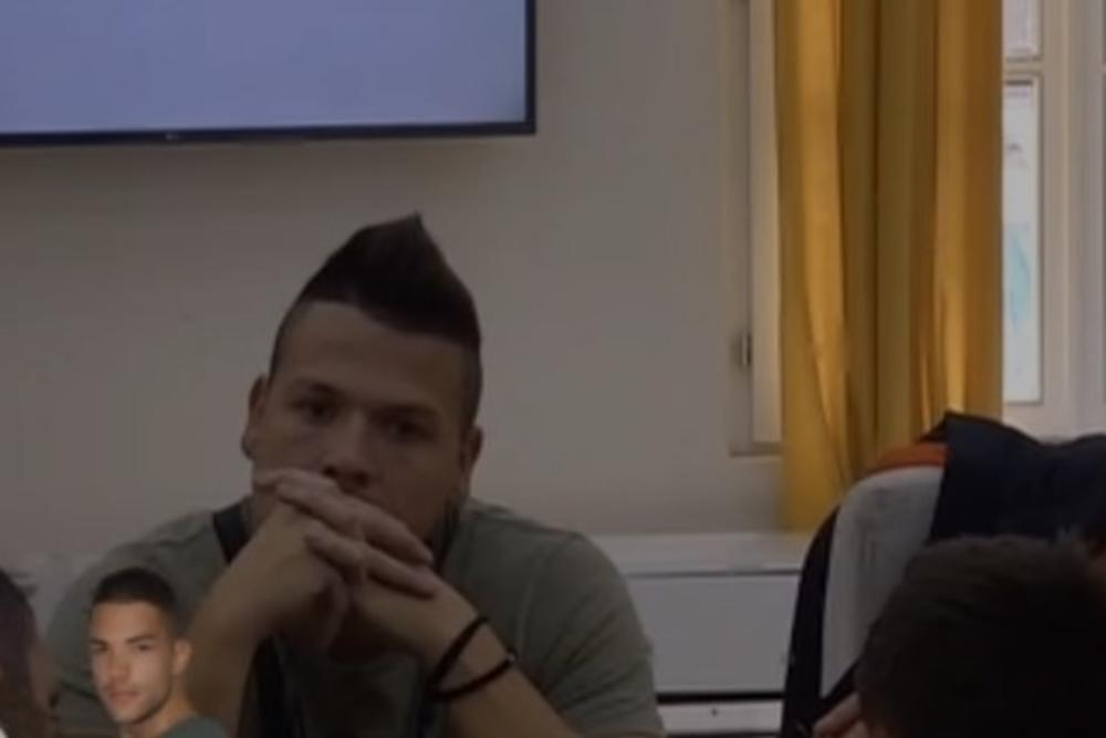 ŽESTOKA SVAĐA SLOBE I KIJE: Stjuardesa otkrila Slobodanovo POREKLO, a onda je pevač RAZOTKRIO SKROZ!