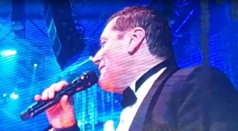 SVE GRMI KADA KUM UZME MIKROFON: Pogledajte koju pesmu je Aco Pejović zapevao na Prijinom i Filipovom venčanju! (KURIR TV)