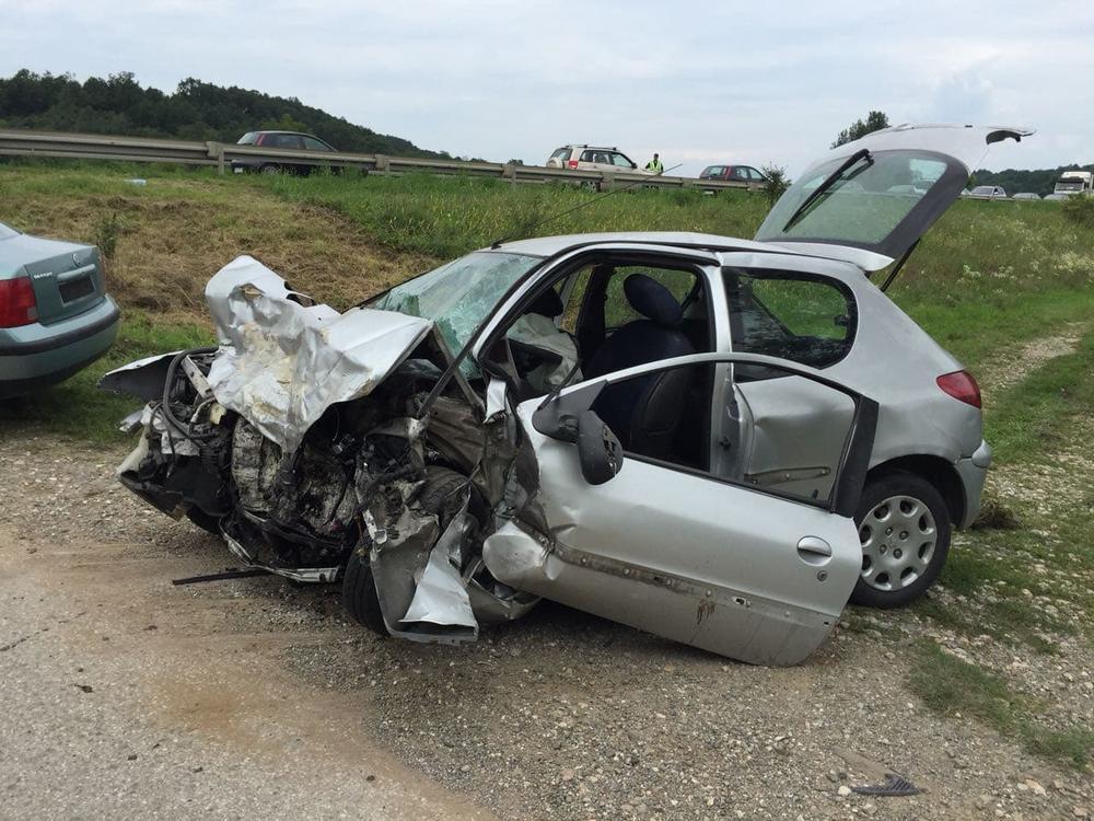 smrskan auto posle udesa