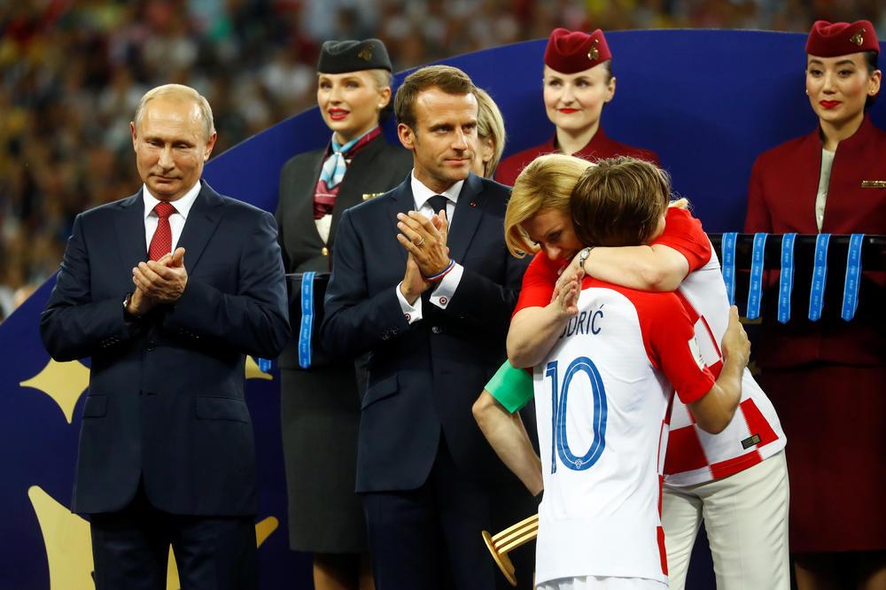 SKANDAL! KRAĐA MEDALJE PRED OČIMA CELOG SVETA: Gledala je Putina u oči i maznula zlato pred milionskim auditorijumom! (VIDEO)