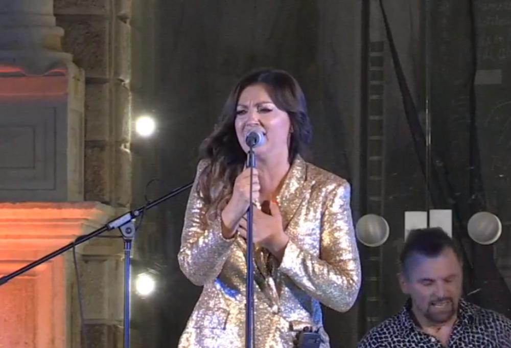UŽIVO IZ MINUTA U MINUT, SPEKTAKL POD OTVORENIM NEBOM: Koncert hrvatske dive Nine Badrić podigao Hvar na noge! (KURIR TV)