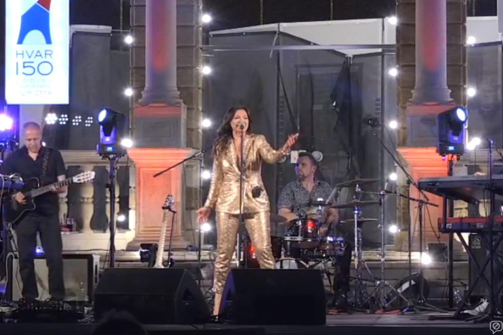 NINA BADRIĆ PODIGLA HVAR NA NOGE: U fenomenalnoj atmosferi publika horski pevala poznate hitove! (KURIR TV)