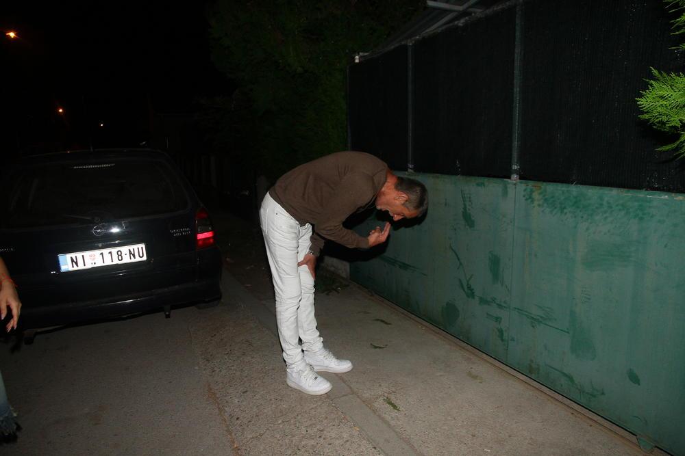 PRETERAO S ALKOHOLOM: Lepi Mića povraćao na Miljaninoj proslavi!