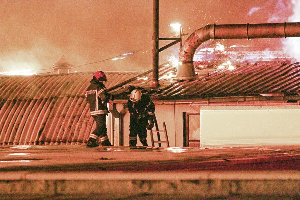 Vatrogasci u akciji... U poslednji čas izvučen sef težak više od 100 kilograma