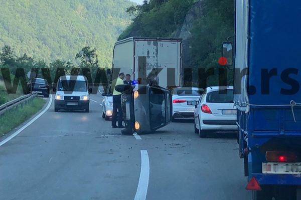 KARAMBOL KOD OVCAR BANJE KAKAV SE RETKO VIDJA: Auto se posle udesa prevrnuo na stranu i ostao tako nasred puta?! (FOTO)