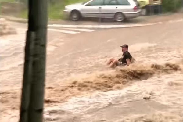 SOKANTAN SNIMAK IZ BEOGRADA: Bujica nosila sve pred sobom, voda odnela muskarca na Banovom brdu! (VIDEO)