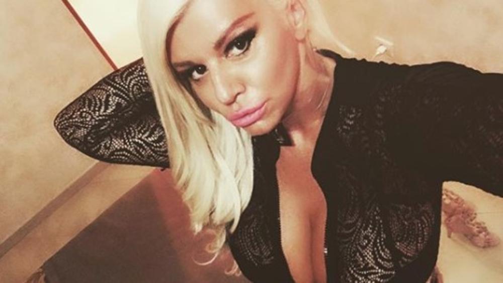 DARA BUBAMARA OKO GUZE IMA SAMO TRAKE: Pevačica napravila SEKSI selfi u ogledalu, a komentari pljušte! (FOTO, VIDEO)