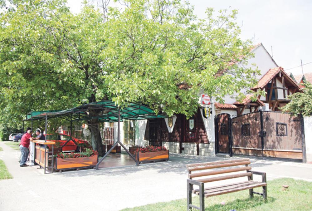 Kafić koji pripada porodici napadnutog u Rumi