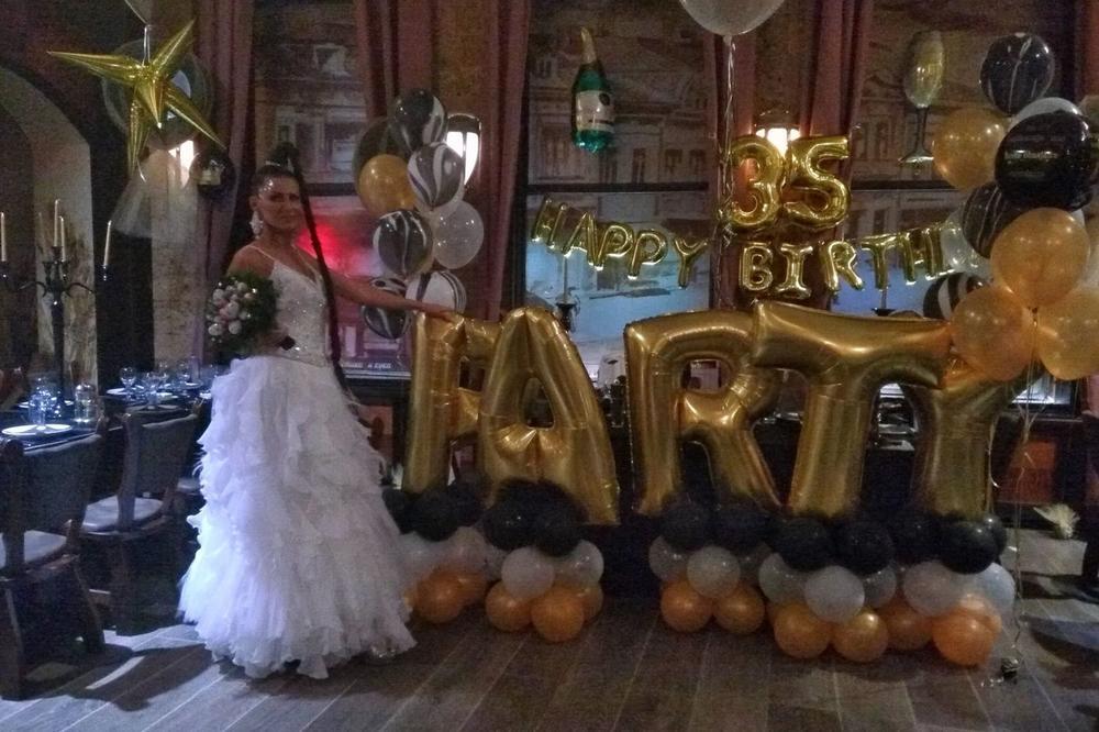 NIŠLIJKA BILJANA DIGLA SRBIJU NA NOGE: Razvod proslavila u kafani obučena u belu venčanicu, a tek dekor da vidite! A kad je gostima rekla i ovo, nastao je MUK! (FOTO)