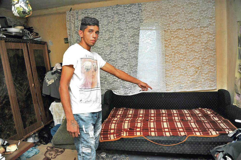 Mesto zločina... Boban Nikolić pokazuje krevet na kojem je ubijen Slobodan Jovanović