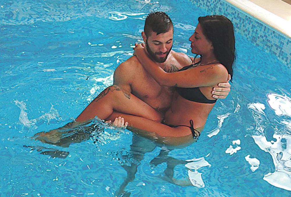 BENJAMIN MAZIO IZABELU, PODIZAO JE UVIS, STISKAO: Pao seks u bazenu? Neviđene fotke VRELE AKCIJE!