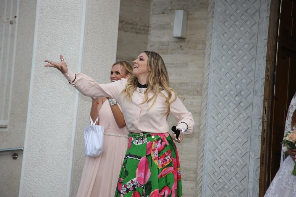 KUMO, IZGORE TI KESA: Milica Todorović se pojavila u NESTVARNO DOBROJ kombinaciji na venčanju najboljeg prijatelja! (FOTO)