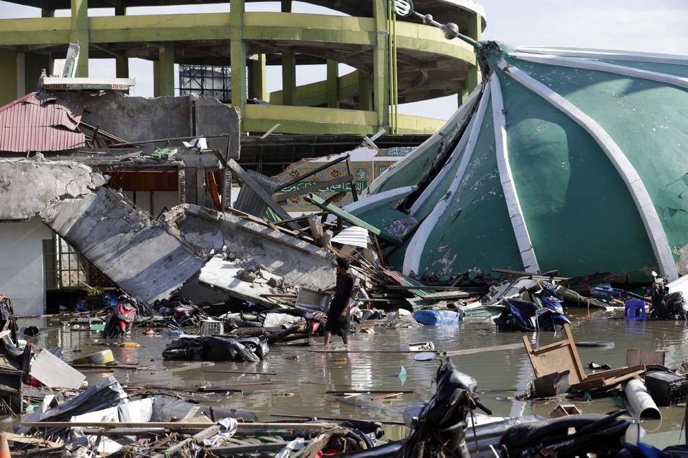 <p>Najmanje 832 osobe su poginule u snažnom zemljotresu i potom pokrenutom cunamiju koji je pogodio grad Palu na indonežanskom ostrvu Sulavezi.</p>