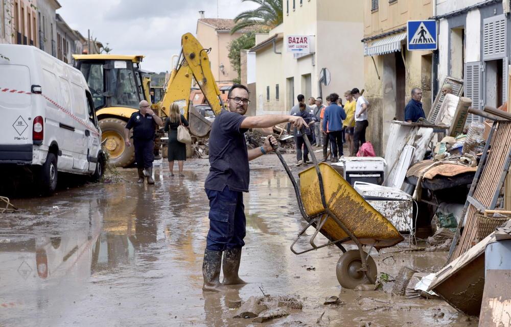 <p>Španski spasioci i dalje tragaju za petogodišnjim dečakom i parom iz Nemačke koji se vode kao nestali u poplavama koje su na Majorki odnele najmanje 10 života.</p>