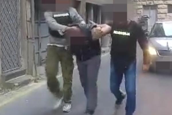 HAPSENJE ZBOG NAPADA U BETON HALI! Pogledajte kako su privedena jos dva dva nasilnika koji su PALICAMA TUKLI GOSTE i demolirali lokal! (VIDEO)