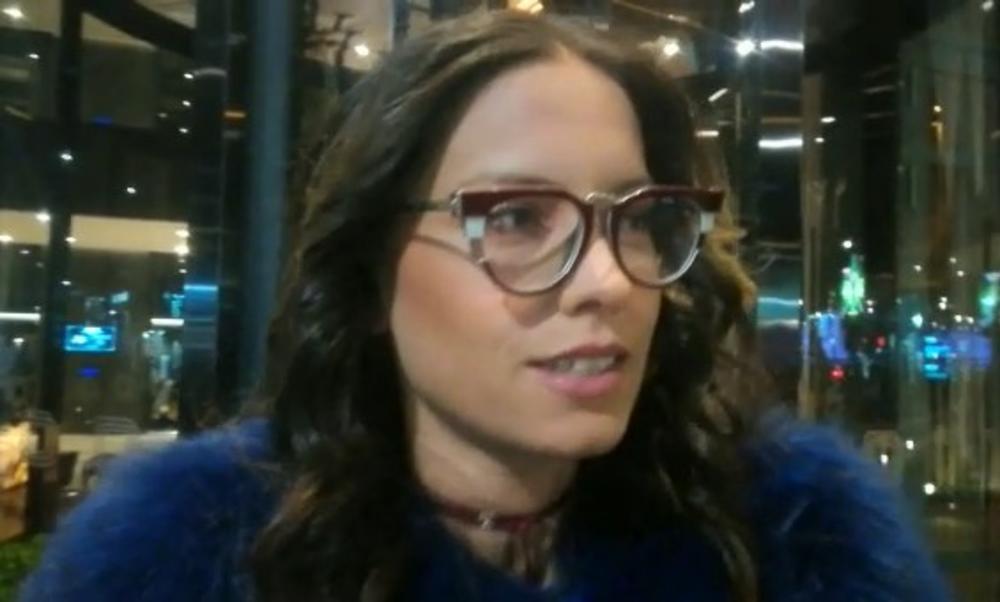 MIRKA VASILJEVIĆ NEMA MNOGO VREMENA PORED 3 DECE: Glumica otkrila gde se šminka i nasmejala sve! (KURIR TV)