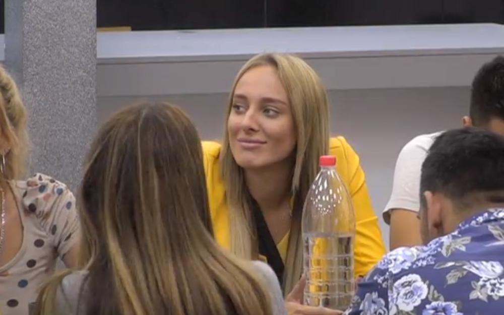 ZADRUGAR BACIO OKO NA LUNU ĐOGANI: Blogerka se smeškala sve vreme, pa progovorila šta joj radi svakog JUTRA! (VIDEO)