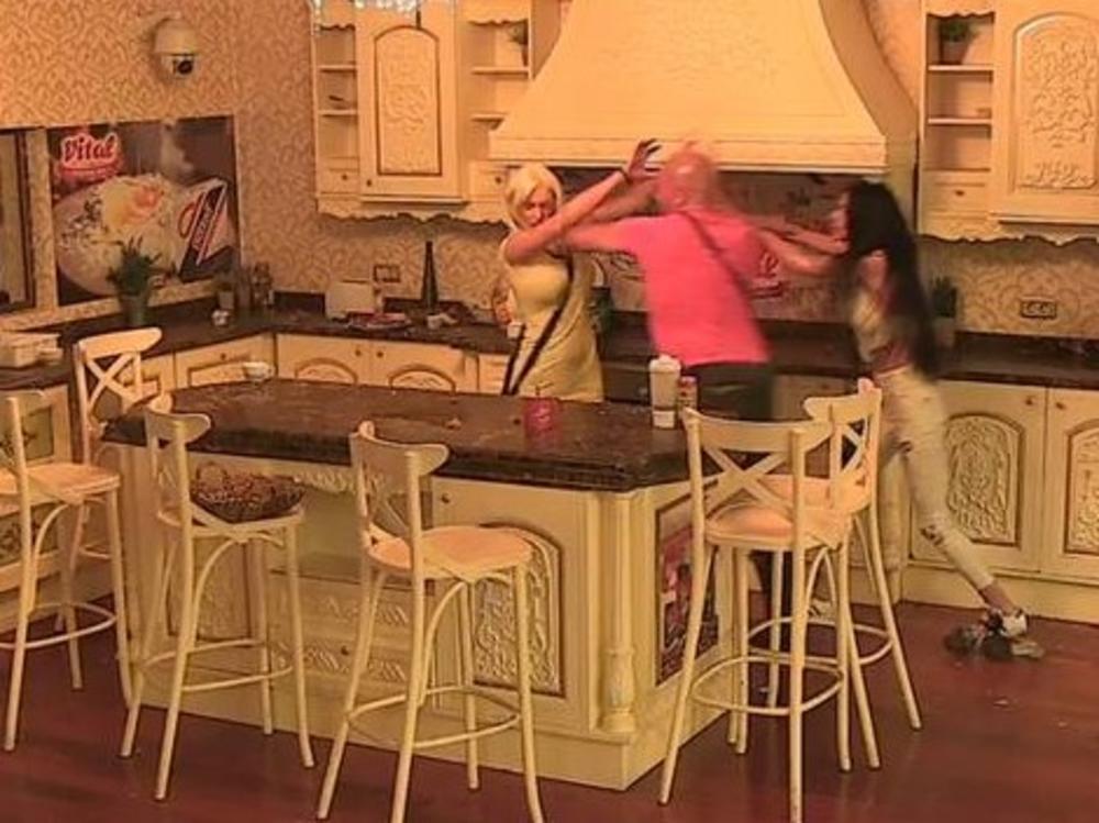POLOMIĆU TE, K*RVETINO RASPALA: Dika napao Ilijanu! Leteli tanjiri, obezbeđenje uletelo, a ONA je najviše stradal! HAOS! (FOTO)