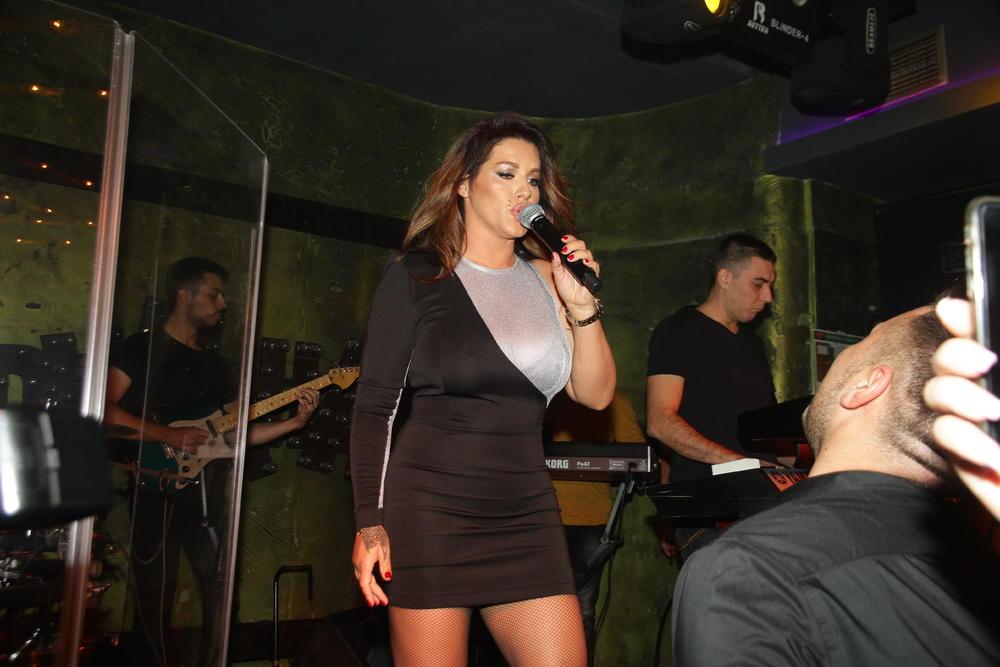 VELJKO SE NE SKIDA POGLED SA  SEKE: Prati je u stopu, a pevačica zablistala u haljini koja je OTRKILA milimetar izvajanog tela, a tek čizme... (VIDEO)