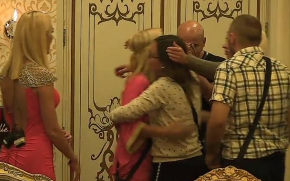 NIJE MOGAO DA SAKRIJE SUZE: Kad su se otvorila vrata luksuzne vile, hteo je da ODE za NJOM, a onda je usledeo još jedan ŠOK! (FOTO)