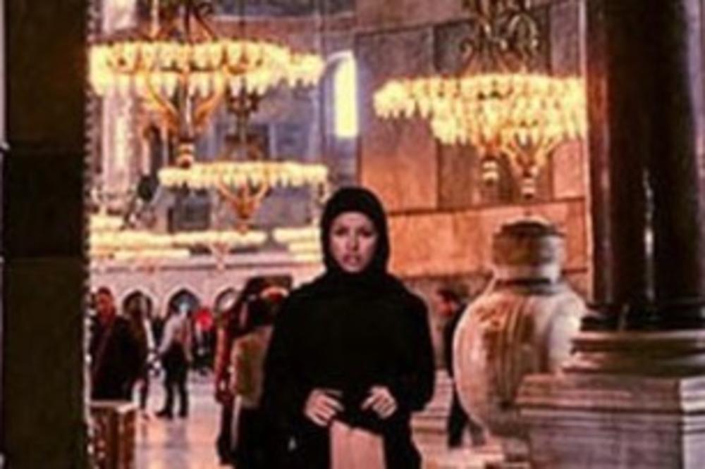 SKANDAL NA SVETOM MESTU! VERNICI BESNI: Ušla u Aja Sofiju, zadigla BURKU i pokazala MEĐUNOŽJE (FOTO 18+)