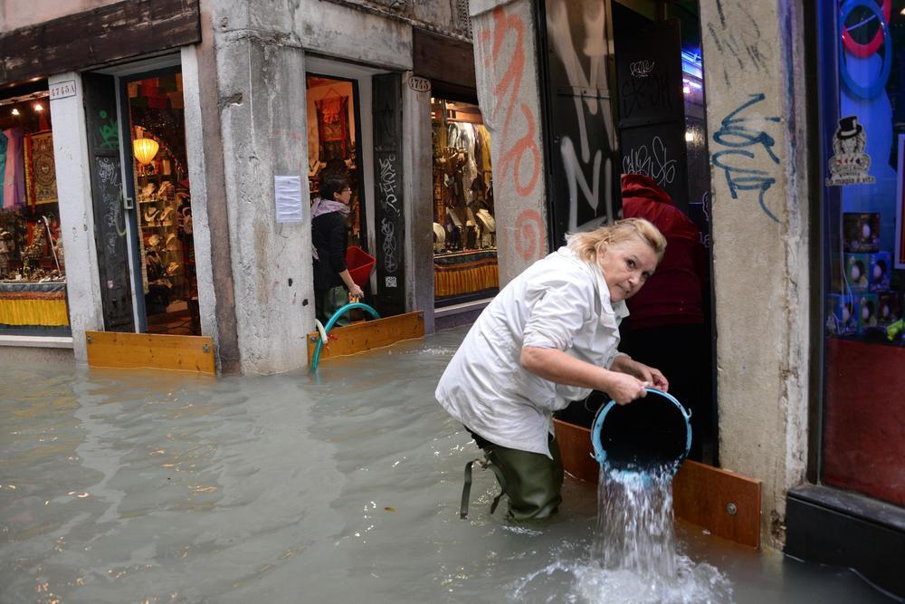 <p>Nivo vode u Veneciji danas je iznosio 149 santimetara iznad uobičajenog nivoa mora, te je poplavljeno 70 odsto ulica i trgova tog grada na vodi, saopštile su gradske vlasti.</p>