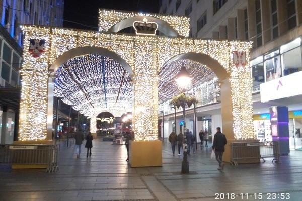 BEOGRAD SVETLI KAO U BAJCI: Ovako izgledaju novogodisnji ukrasi na centralnim trgovima i u parkovima (FOTO)