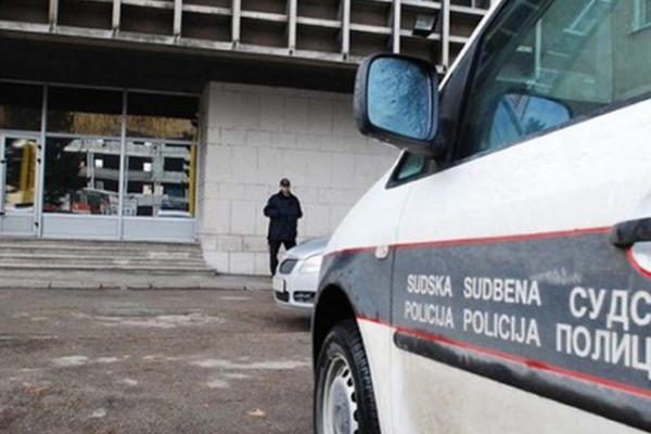 DRAMA U TUZLANSKOJ SUDNICI: Muskarac pokusao da se spali tokom izricanja presude, zivot mu spasli sudski policajci