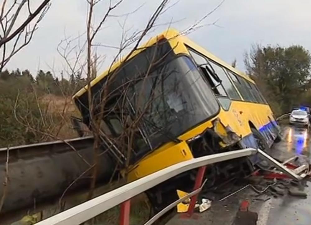 KOLONE KOD SURČINA: Autobus visi s mosta, vozač izašao kroz 5 118