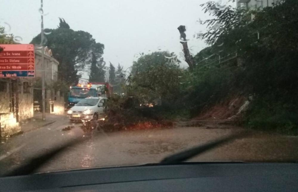 <p>Obilne padavine koje od juče padaju širom Crne Gore, izazvale su nevolje za meštane brojnih naselja i gradova.</p>