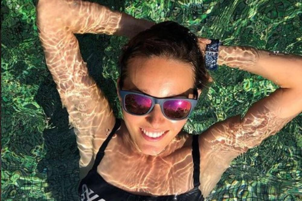 NOVAKOVA SUPRUGA NA METI KRITIKA: Jelena se fotografisala u kupaćem kostimu, a fanovi su ostali u šoku kada su videli koliko je MRŠAVA! (FOTO)