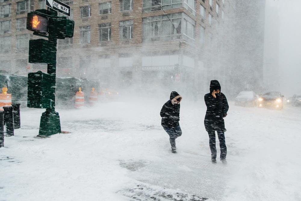 <p>Snežne oluje u pojedinim područjima američkog Srednjeg zapada dovele su do otkazivanja viÅ¡e stotina letova i klizavih puteva za one koji su se posle vikenda nakon praznika Dan zahvalnosti vraÄ?ali kuÄ?ama.</p>