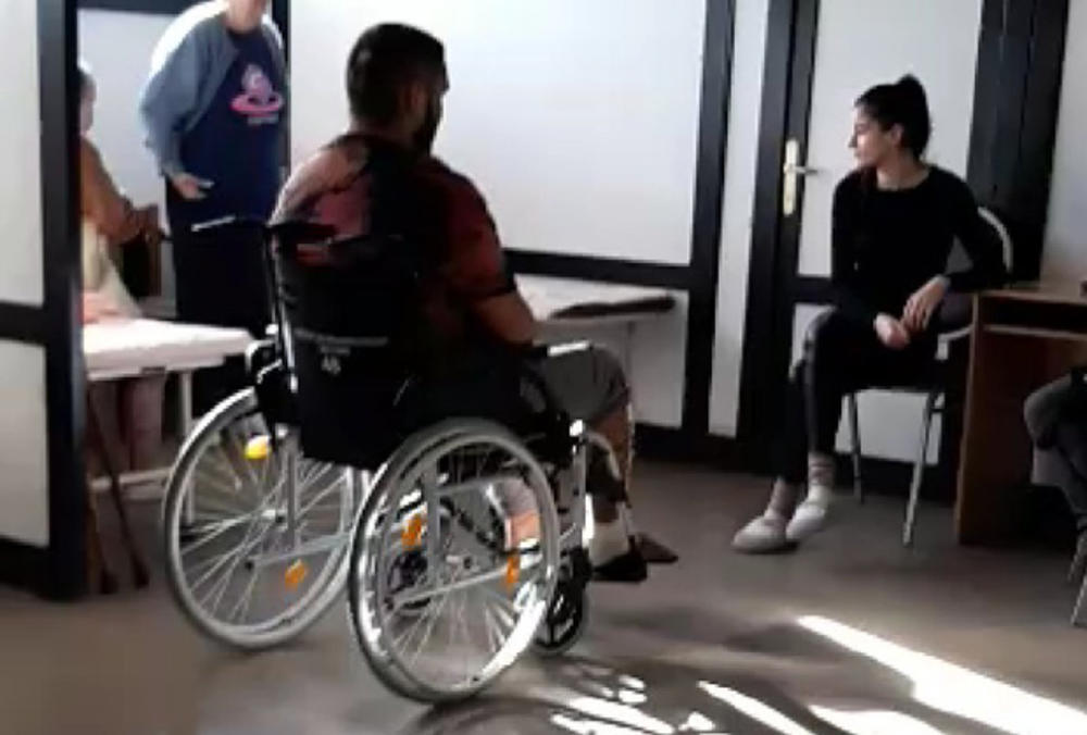 NAJNOVIJI SNIMAK DARKA LAZIĆA IZ BANJE, OSMEHOM SAKRIVA BOL: Pevača čeka još jedna operacija, TEŠKA BORBA TEK PREDSTOJI! (VIDEO)