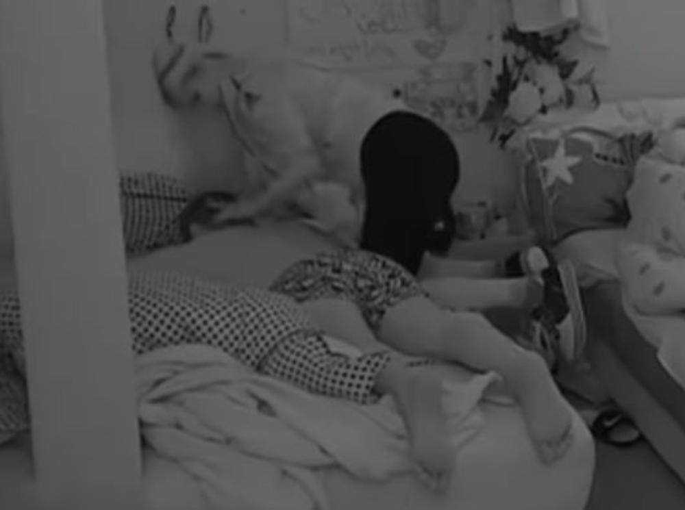 DOROTEA PONOVO ZASKOČILA MARKA! Uzela kremu, došla u njegov krevet, pa kad se uverila da ih niko ne gleda NAVALILA! (VIDEO)