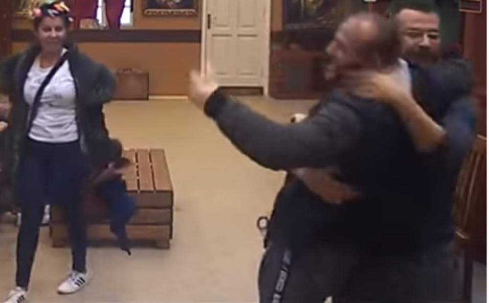 DOHVATILI SE VLADIMIR I SALE U PABU! LEVOM UNAZAD, PA SPOJI NOGE: Topli zagrljaj, pa presavijanje preko kolena! ZAPREPASTILI! (VIDEO)