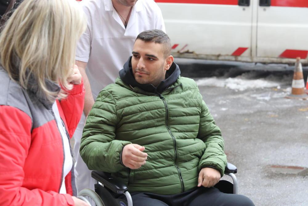 DARKO LAZIĆ NAPUSTIO BANJU SELTERS: Hitnim kolima dovezen na Banjicu, hirurzi koji su ga operisali saopštiće mu NAJVAŽNIJU stvar! STREPI da li će ostati invalid ili će opet stati na noge (FOTO)