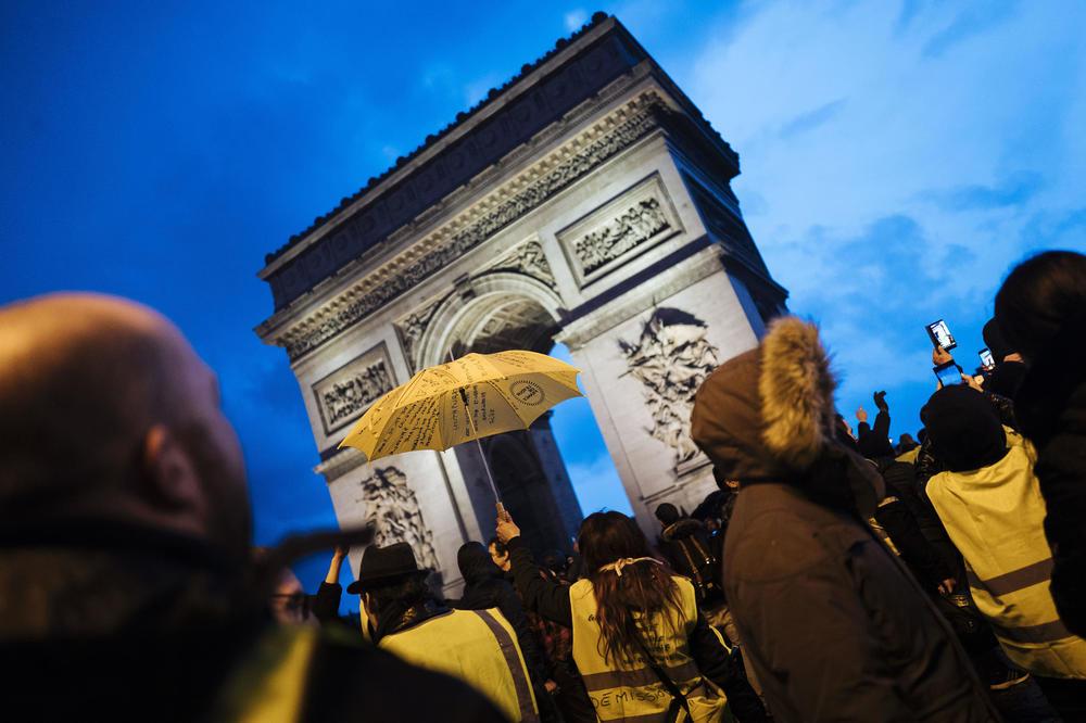 OPSADNO STANJE ZA DOČEK U PARIZU: Žuti prsluci najavili PROSLAVU na ulicama! 147.000 policajaca širom Francuske!