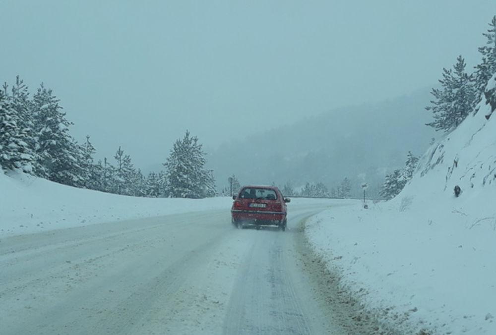 07:51h VOZAČI, PAMET U GLAVU: Sneg stvara muke, kamioni na Batrovcima čekaju 9 sati!
