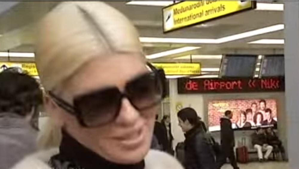 JELENA KARLEUŠA NAPUŠTA SRBIJU I BEŽI KOD DUŠKA?! Kupila kartu za Kinu i uputila se ka beogradskom aerodromu!  (FOTO 18+)