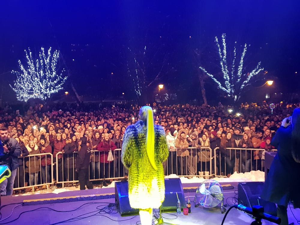 NATAŠA BEKVALAC ODUŠEVILA NIŠLIJE: U parku Svetog Save napravila pravi SPEKTAKL! A evo kako se zahvalila najverenijim FANOVIMA! (VIDEO)